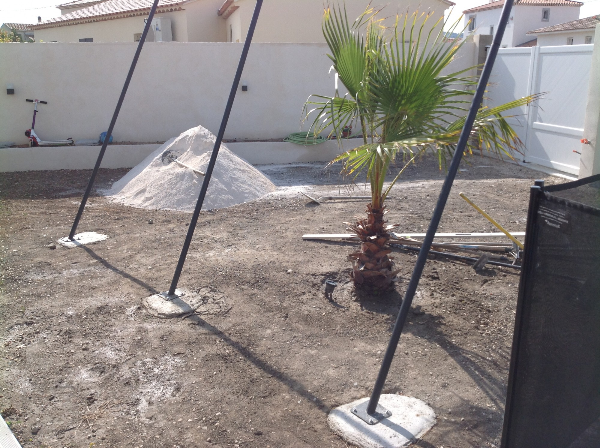 Mise en place du sable stabilisé avant la pose d'un gazon artificiel à Montpellier